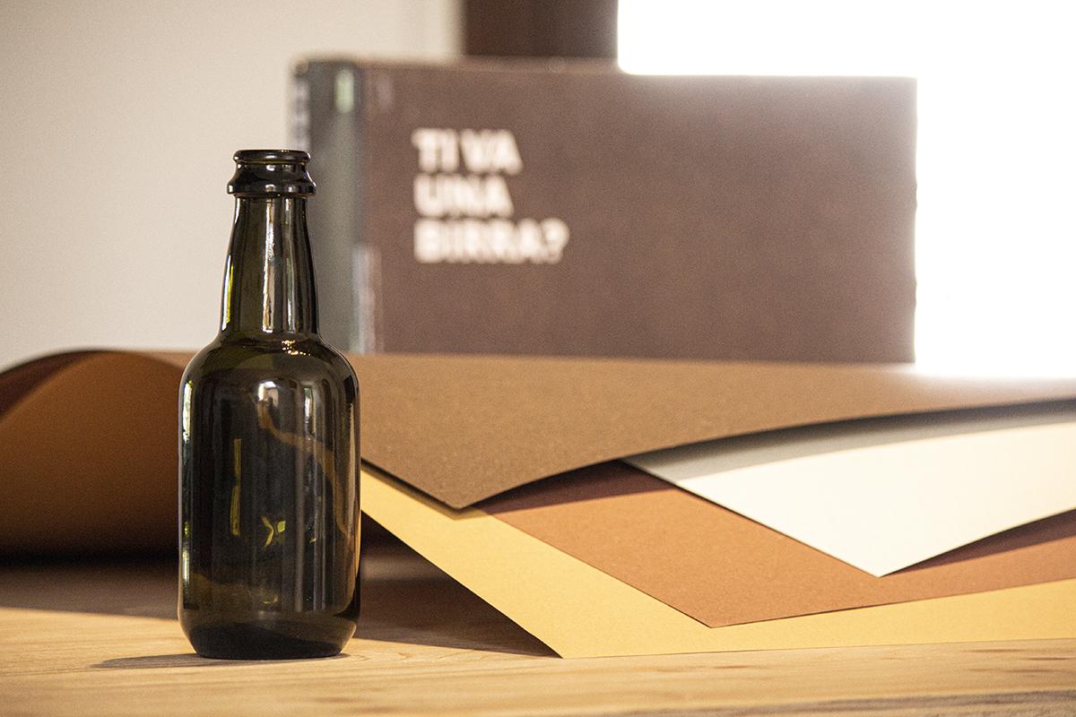 foto di una bottiglia di birra con alcuni cartoncini Gmund