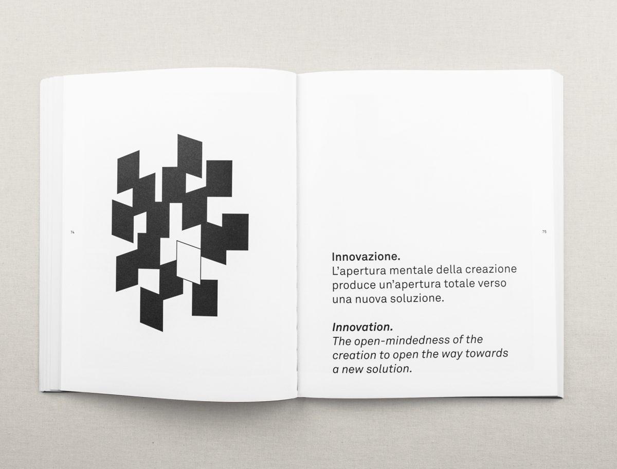 Foto delle pagine interne del catalogo Happy con un illustrazione a rettangoli che identifica l'innovazione e un testo descrittivo