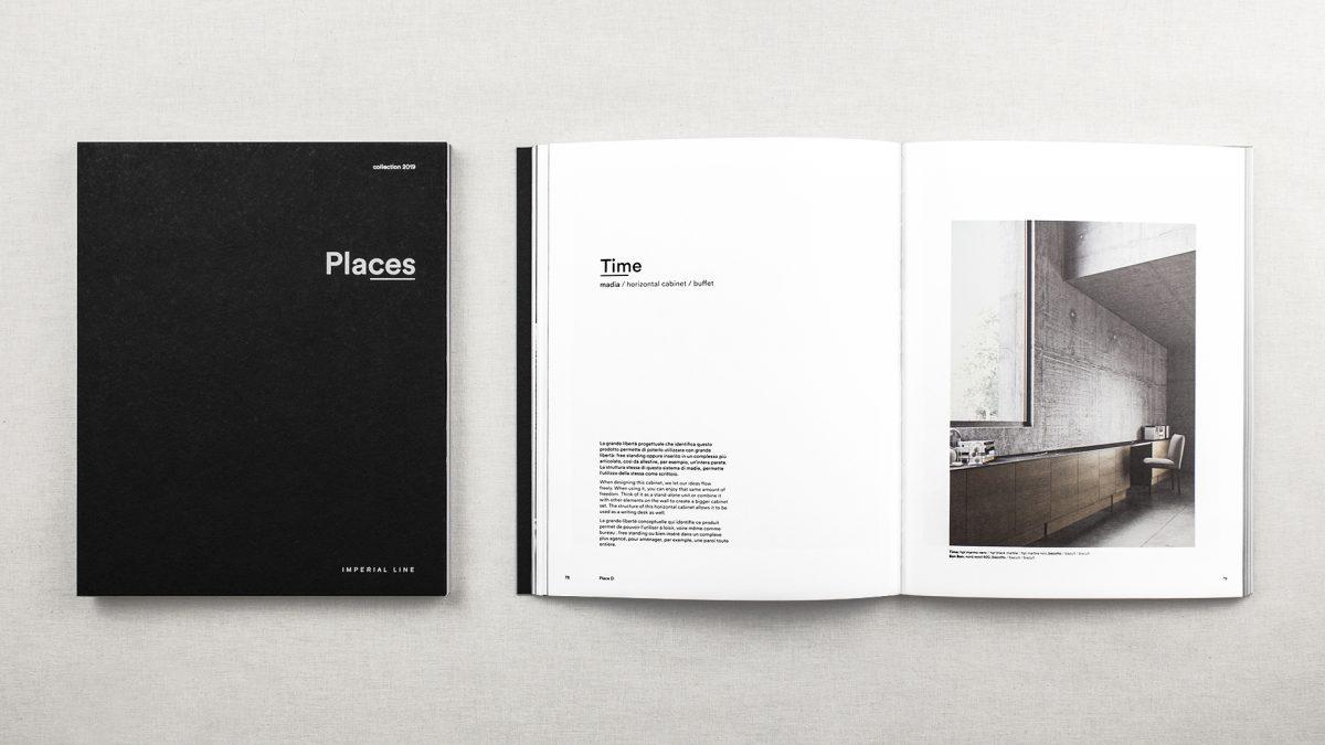 Foto dall'alto della copertina e del catalogo aperto uno accanto all'altro