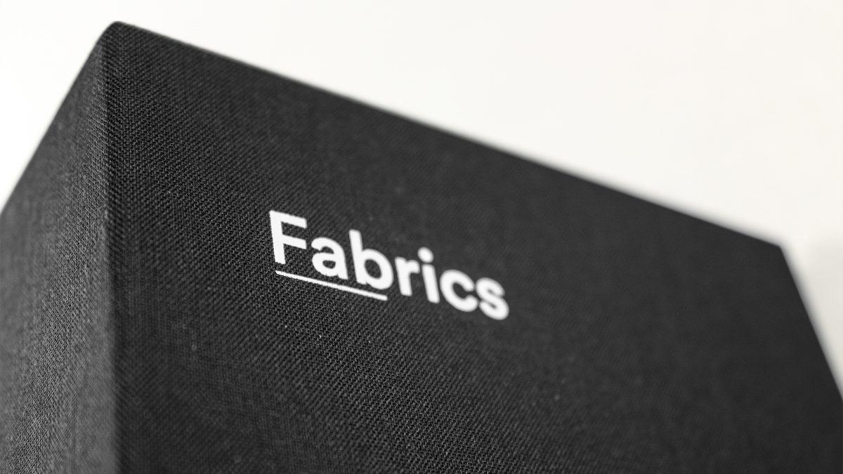 Foto di dettaglio della valigetta Fabrics di Imperial Line che contiene le mazzette in tessuto nero con stampato il nome Fabrics in bianco