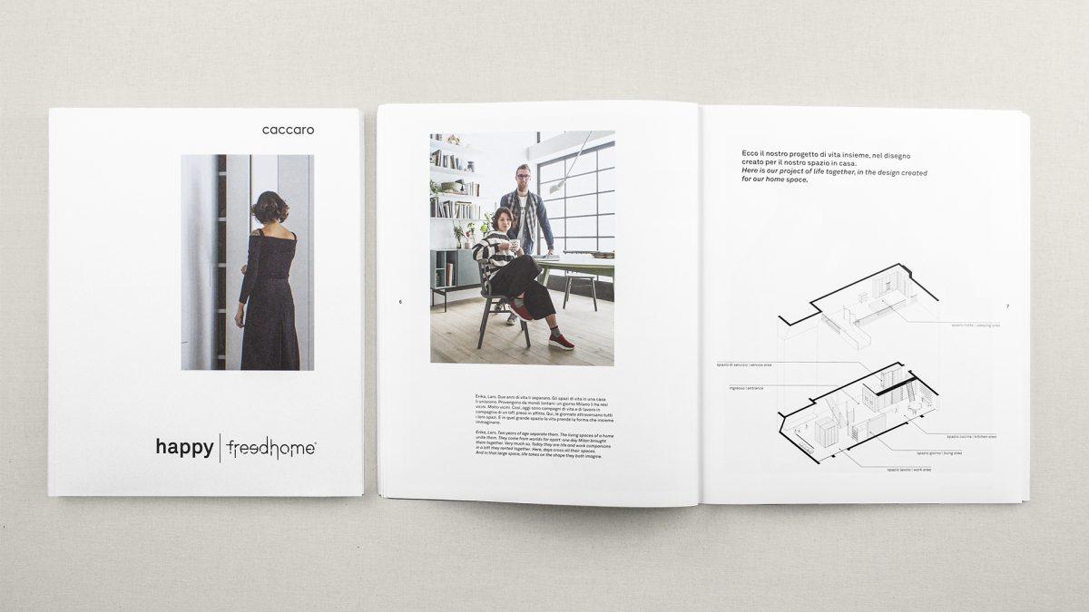 Foto della copertina con accanto il catalogo aperto su due pagine che mostrano il progetto in assonometria di una casa