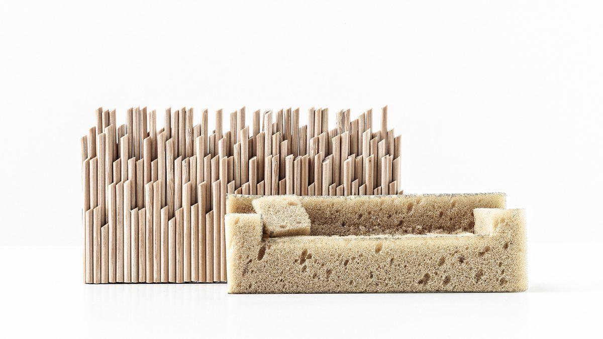 Modellino in legno con, posizionato davanti, un piccolo divano in spugna