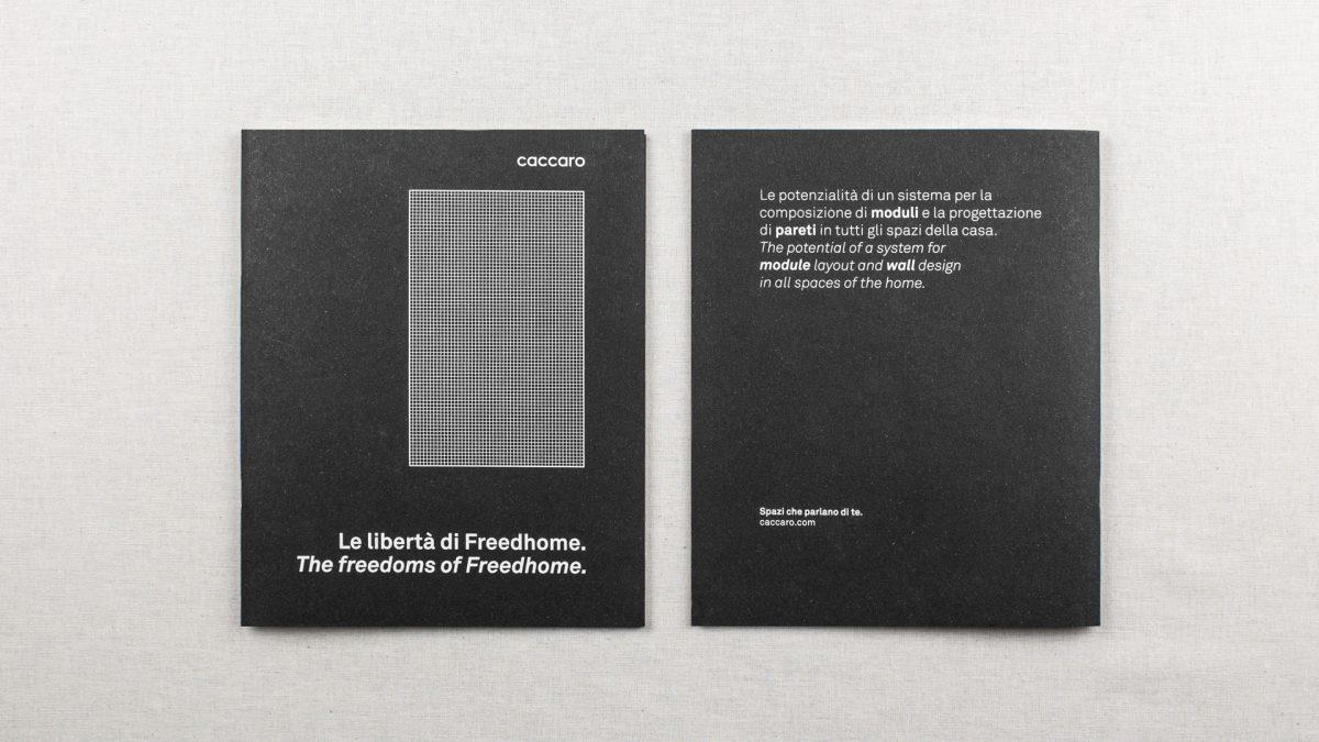 vista zenitale di due brochure affiancate, fronte del catalogo sulla sx e retro del catalogo sulla destra