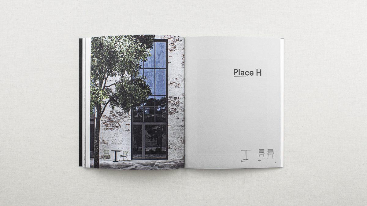 Foto delle pagine interne che mostra l'inizio di un nuovo capitolo con a sinistra una pagina grigia con il titolo del capitolo e le icone dei prodotti e a sinistra un render dei prodotti