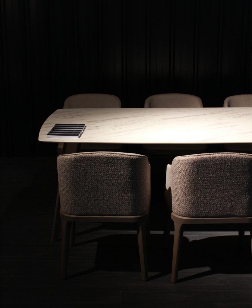 foto di dettaglio di una composizione tavolo con sedie dello stand di imperial line