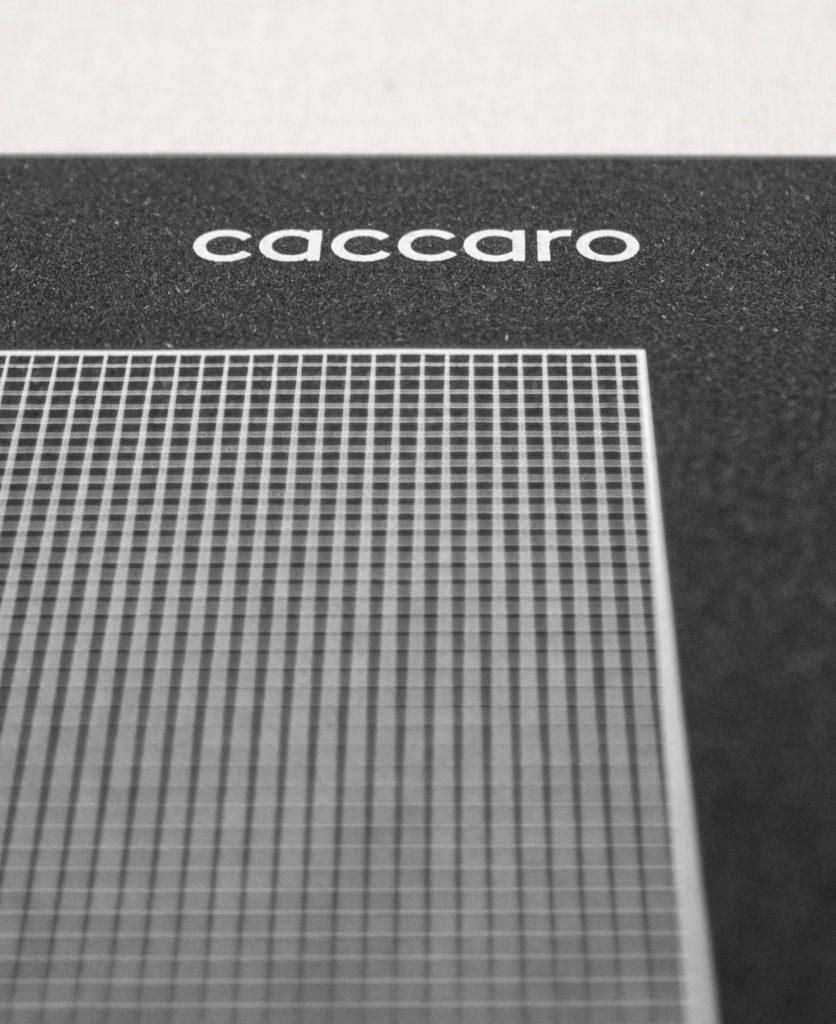 dettaglio della griglia millimetrata sulla copertina della brochure con il logo dell'azienda in alto a destra