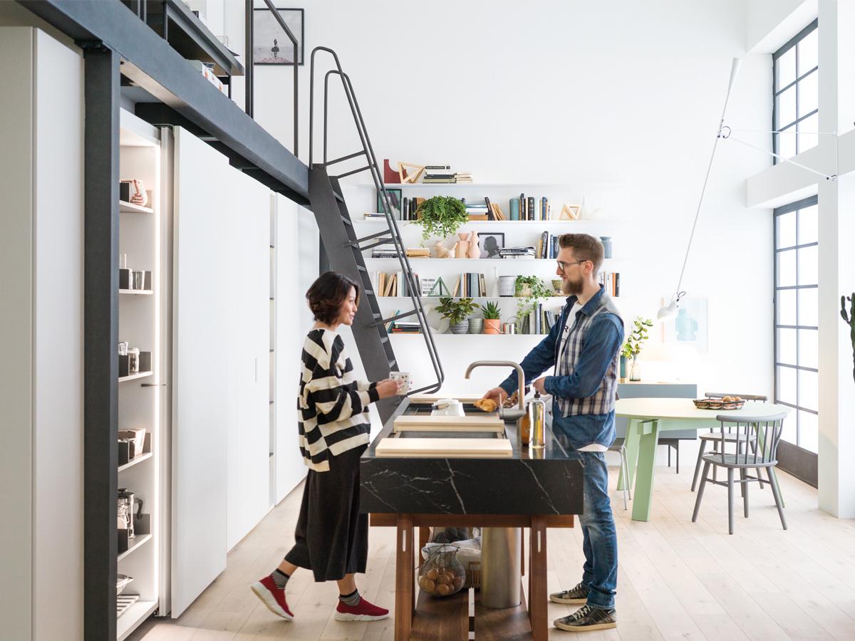 Foto di una cucina con una parete composta dal modulo grande contenimento di Caccaro