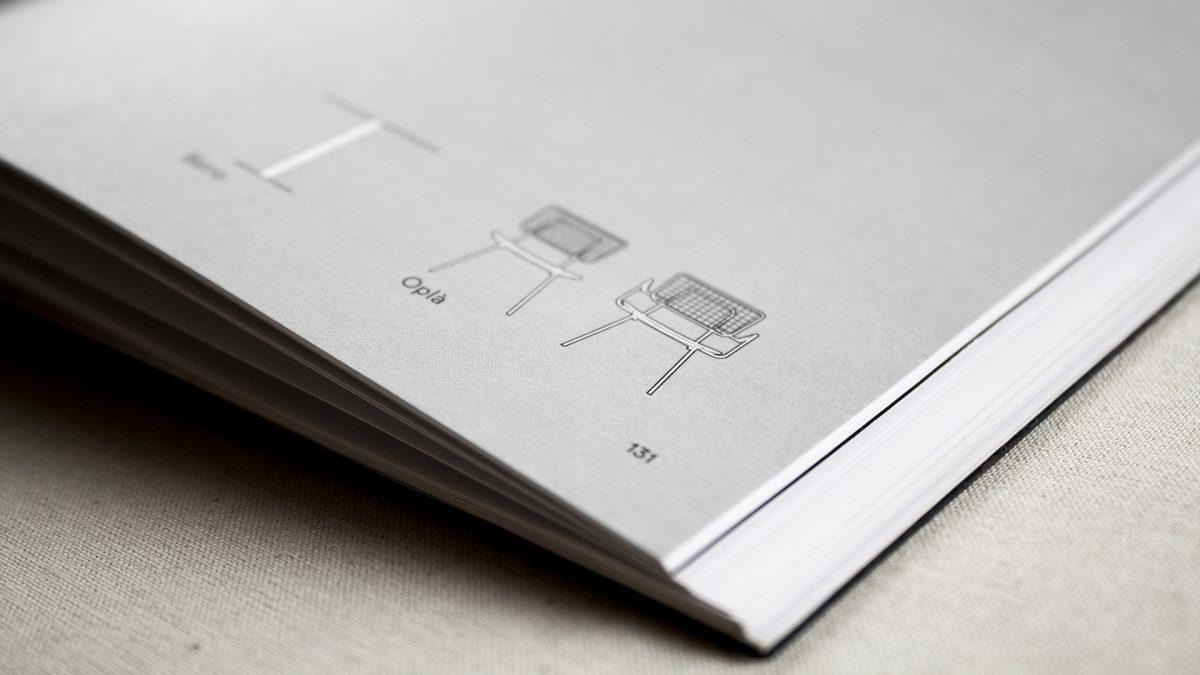 Foto di dettaglio delle icone del prodotti in bianco e nero su fondo grigio