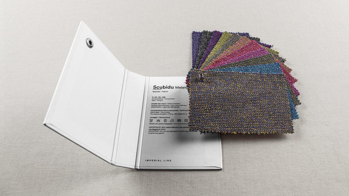 Foto della mazzetta Scubidu melange aperta della collezione Fabrics di Imperial Line , con stampate all'interno le caratteristiche dei tessuti, e i tessuti aperti a ventaglio