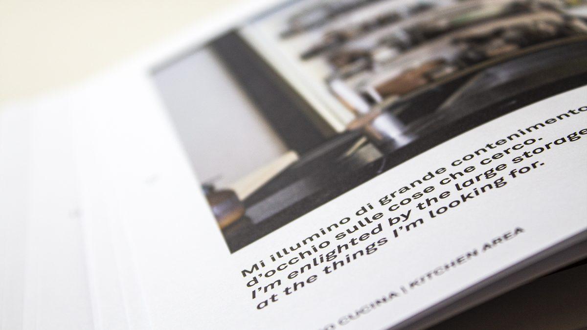 Foto di dettaglio dei testi del catalogo