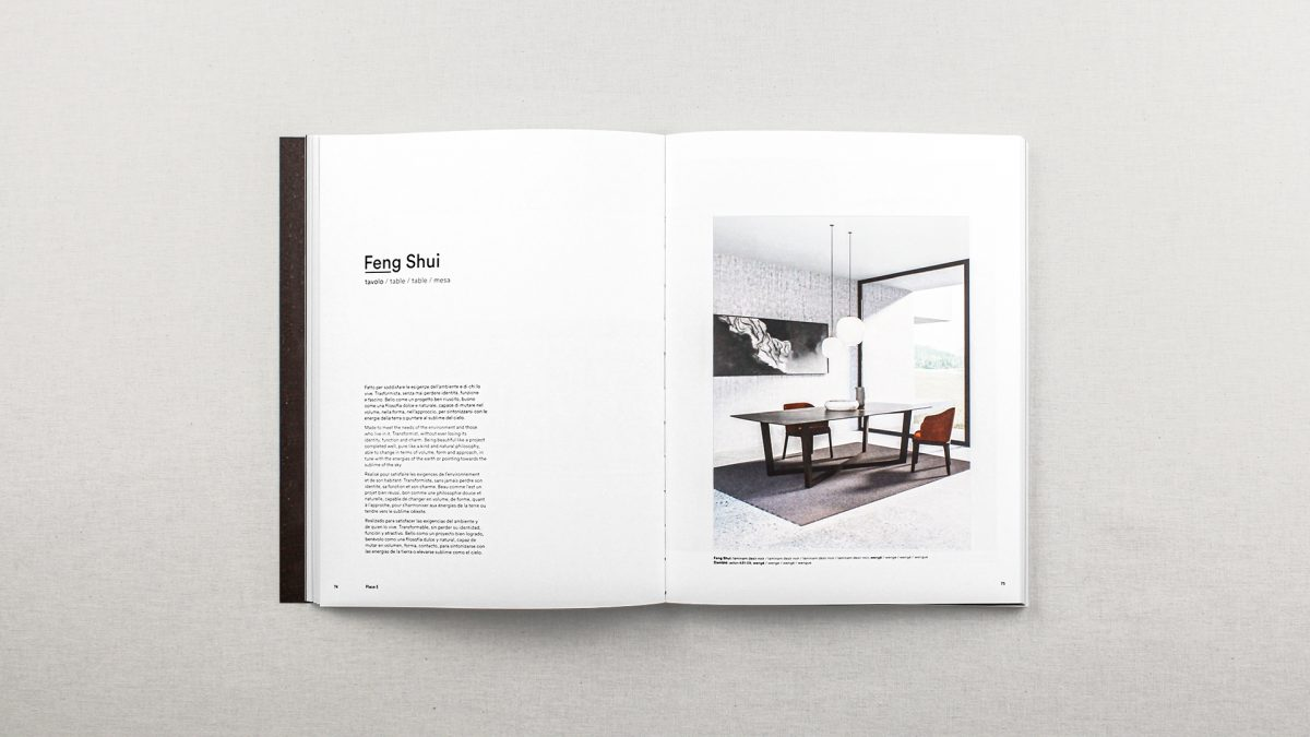 Foto delle pagine del catalogo riguardanti il tavolo Feng Shui con testo descrittivo e un render ambientato del tavolo