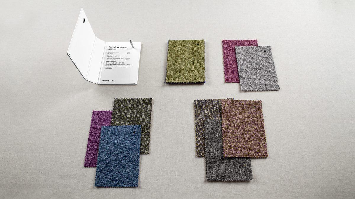Foto della mazzetta Scubidu melange aperta con i tessuti disposti accanto