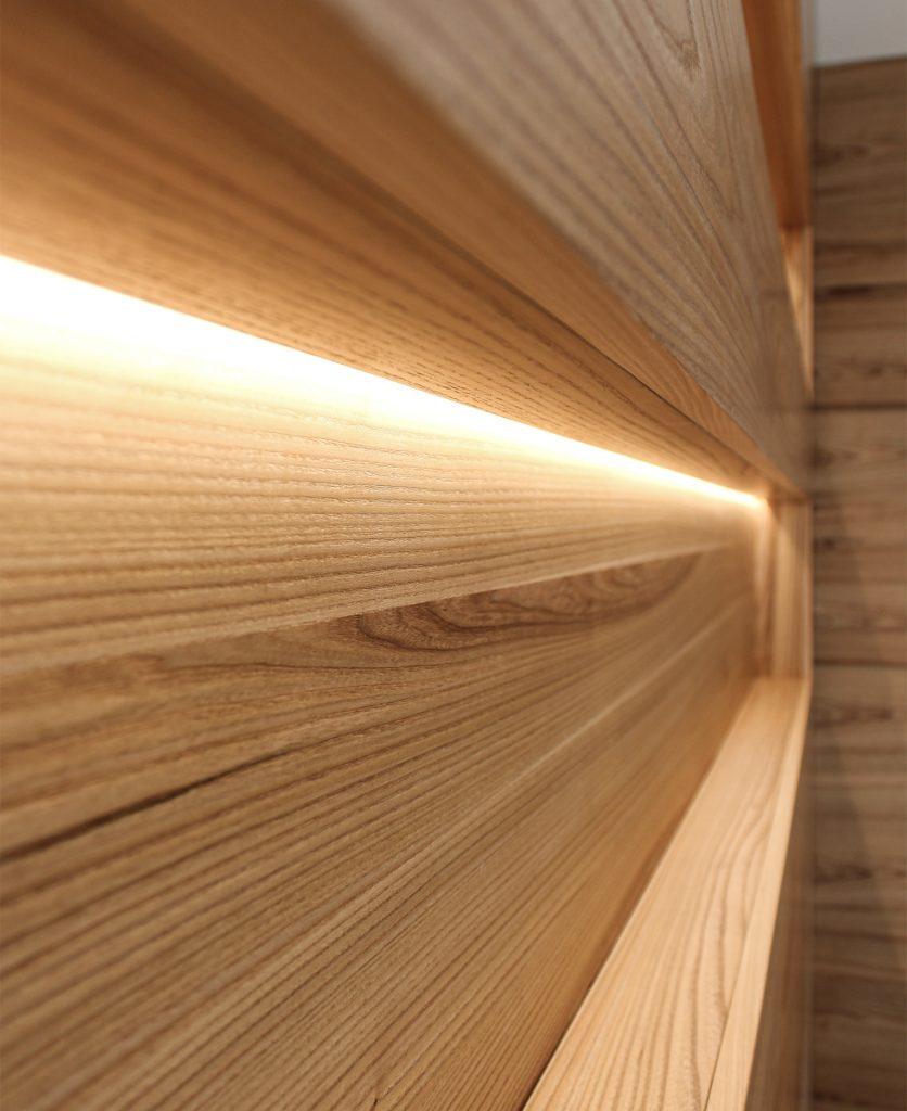 vista di dettaglio della boiserie su una delle due nicchie, dove si vede l'illuminazione integrata installata sulla chiusura superiore della nicchia stessa