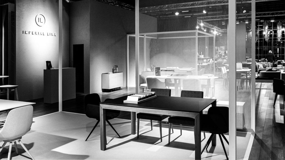 Foto in bianco e nero dei prodotti esposti all'interno dei cubi con porzioni di parete in tessuto semitrasparente