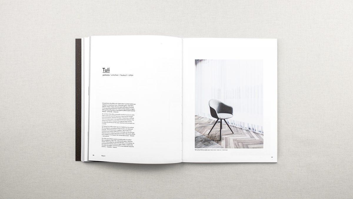 Foto delle pagine del catalogo riguardanti la poltrona Tuli con testo descrittivo e un render del prodotto