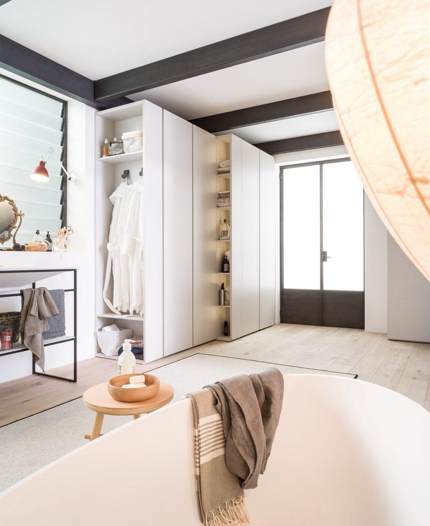 Foto di un modulo grande contenimento all'interno di un bagno