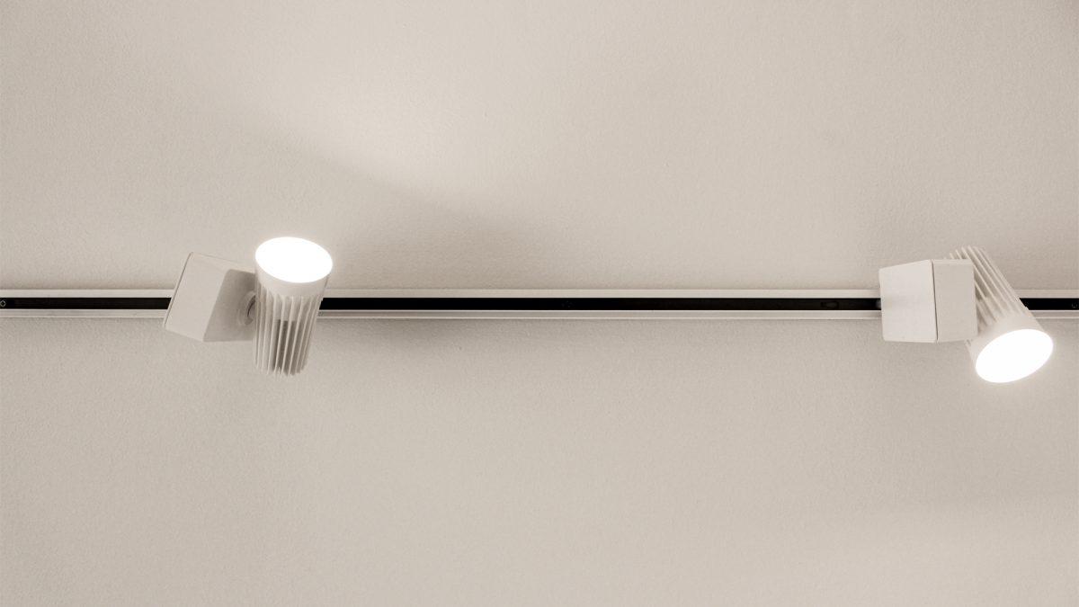 vista zenitale del binario di illuminazione con due faresti installati