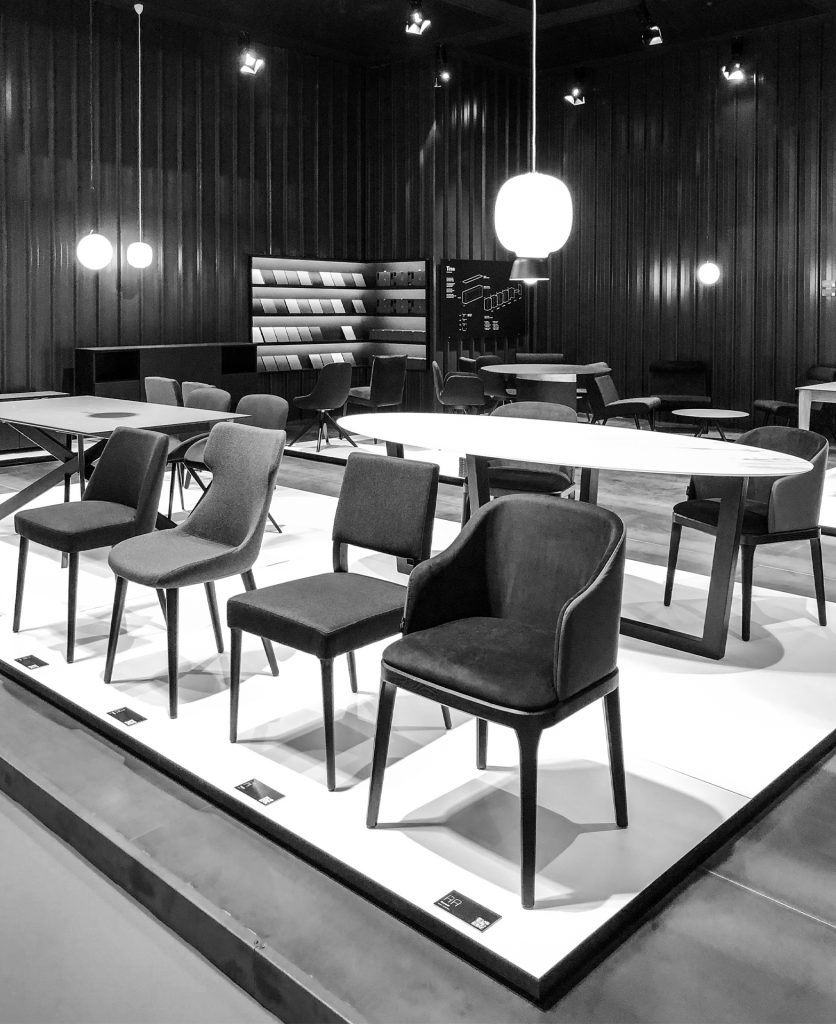 Foto di scorcio dello stand con le sedie esposte in primo piano