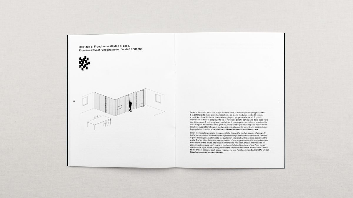 vista zenitale della doppia pagina dove si racconta uno dei macroplus dell'azienda attraverso un'assonometria di una stanza a sinistra e del testo a destra