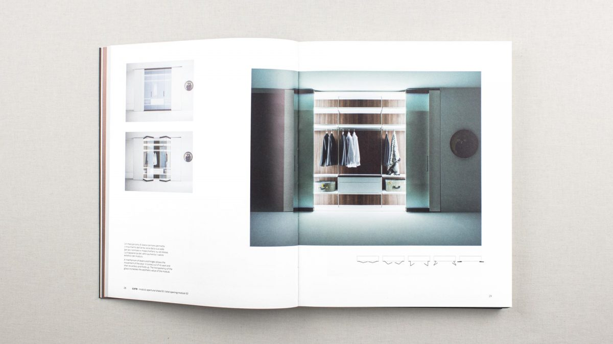 vista zenitale della doppia pagina dove si vede un armadio frontale aperto con le ante in vetro