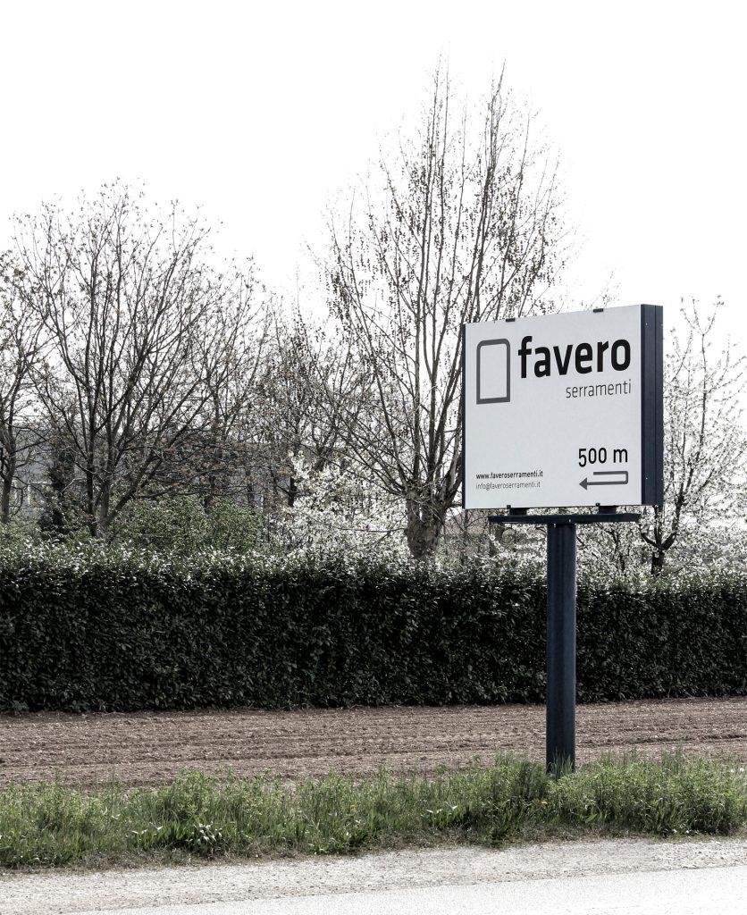 foto di un cartello stradale pubblicitario dedicato alla comunicazione dell'azienda favero serramenti