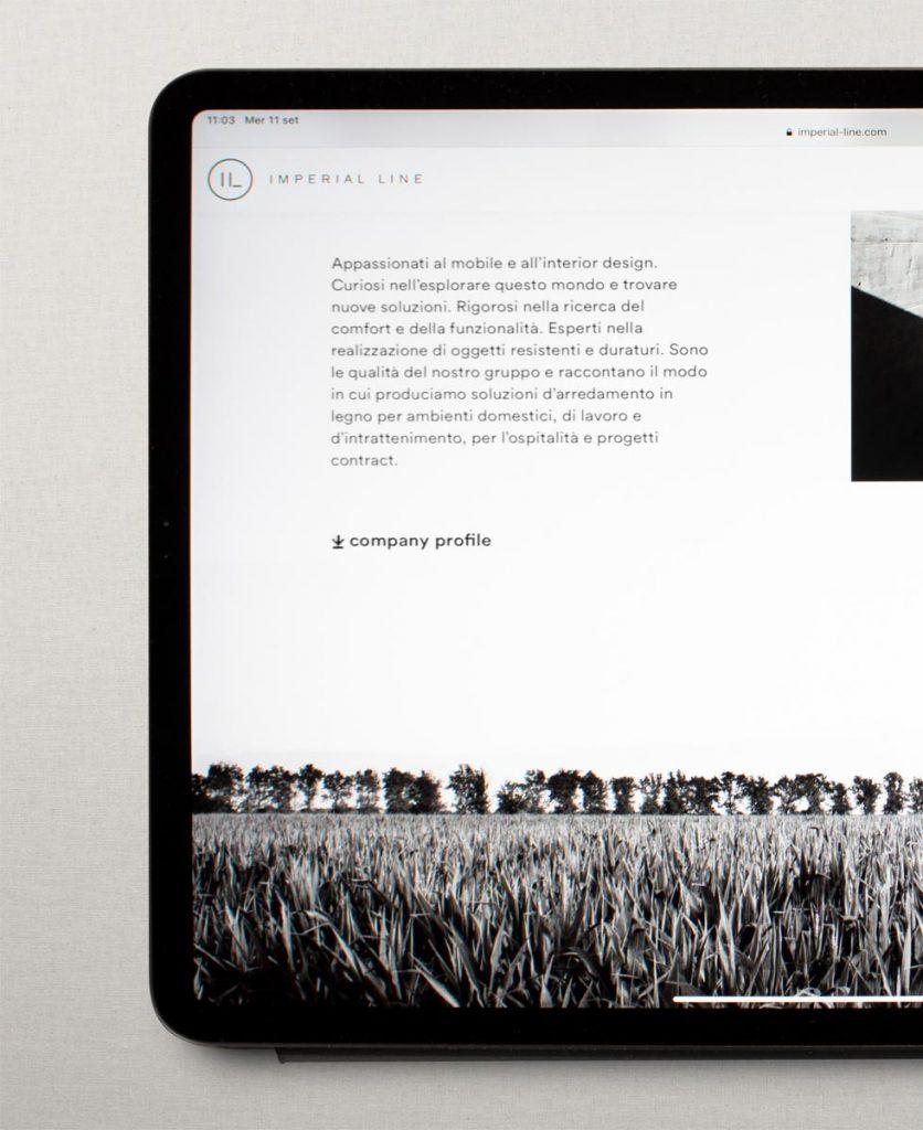 foto di un tablet con aperto il sito imperial line