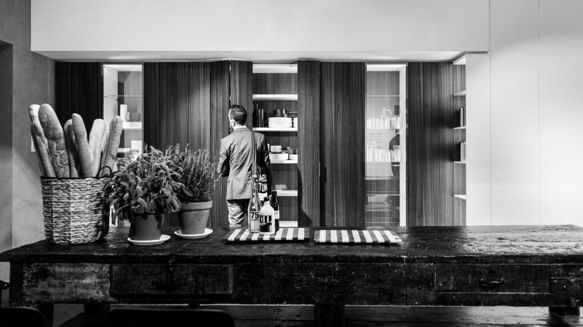 Foto di un visitatore del salone mentre apre le ante di un modulo