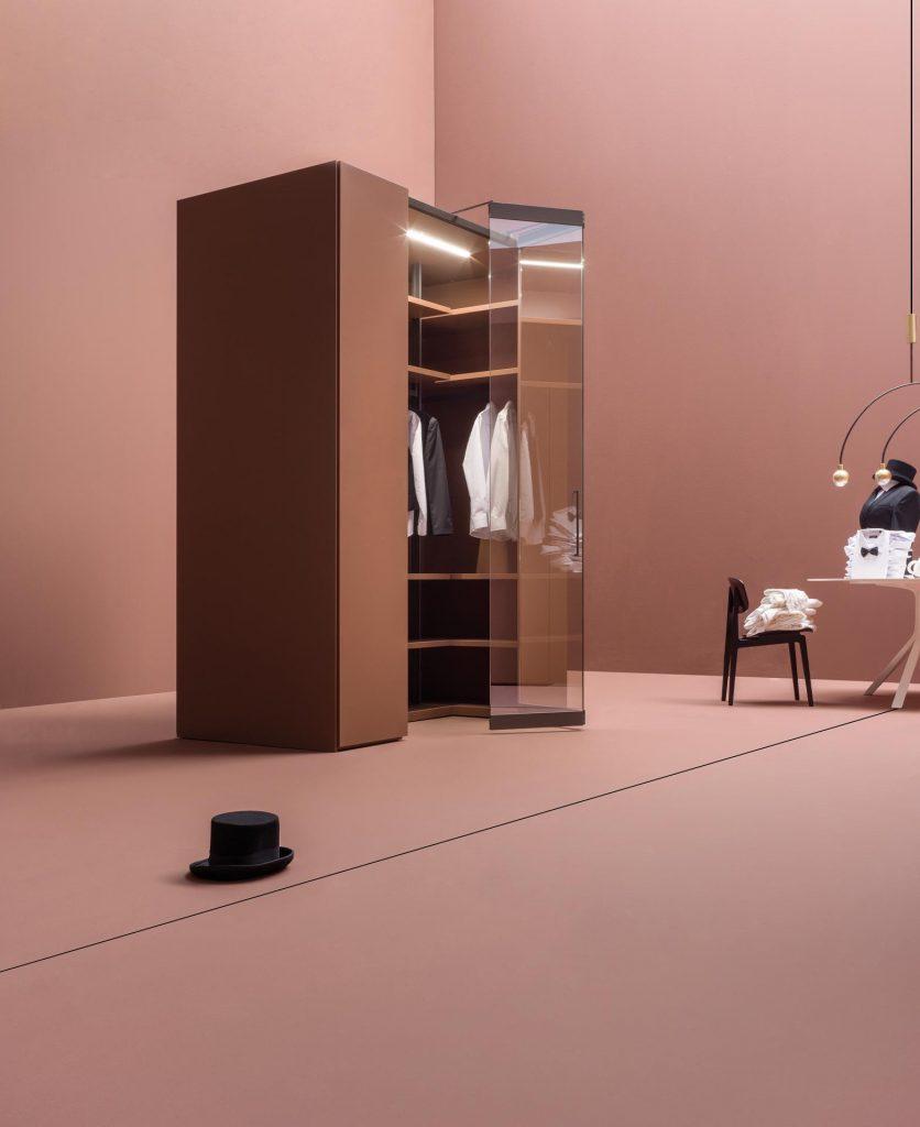 foto emozionale di un armadio aperto di colore rosso mattone su un ambiente anch'esso color rosso mattone