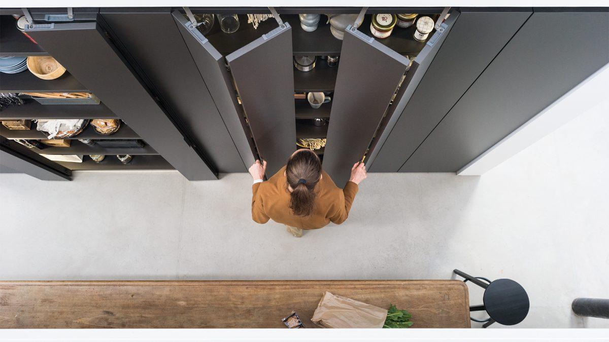 Foto dall'alto di una ragazza che apre il modulo core con porte a libro