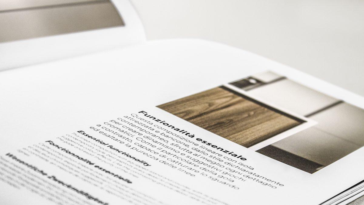 Foto di dettaglio dei testi all'interno del catalogo