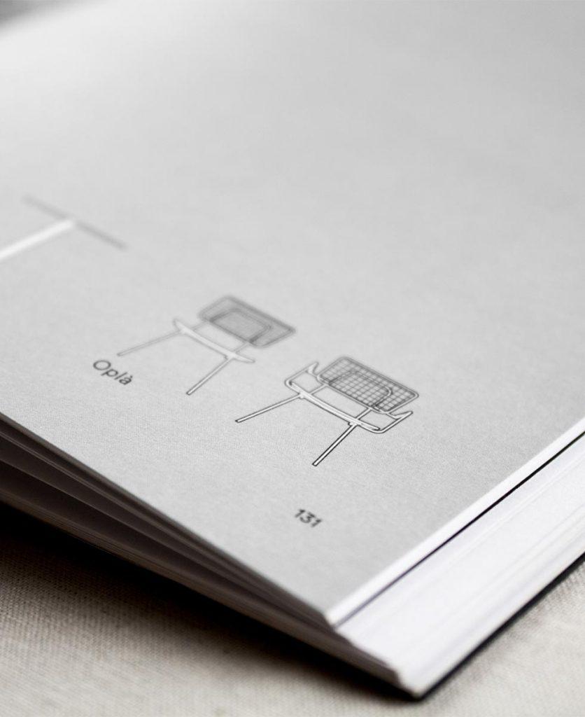 Foto di dettaglio delle icone del prodotti in bianco con bordo nero su fondo grigio