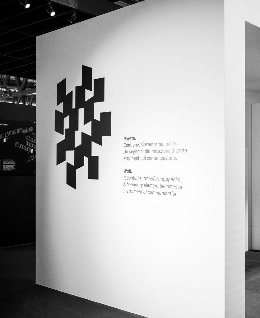 Foto di dettaglio della grafica esposta nelle pareti dello stand