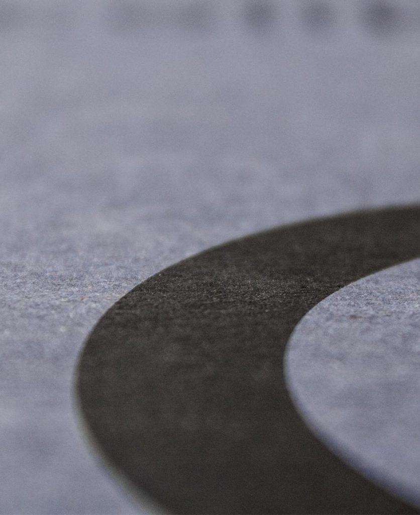 Foto di dettaglio della lettera c stampata in copertina