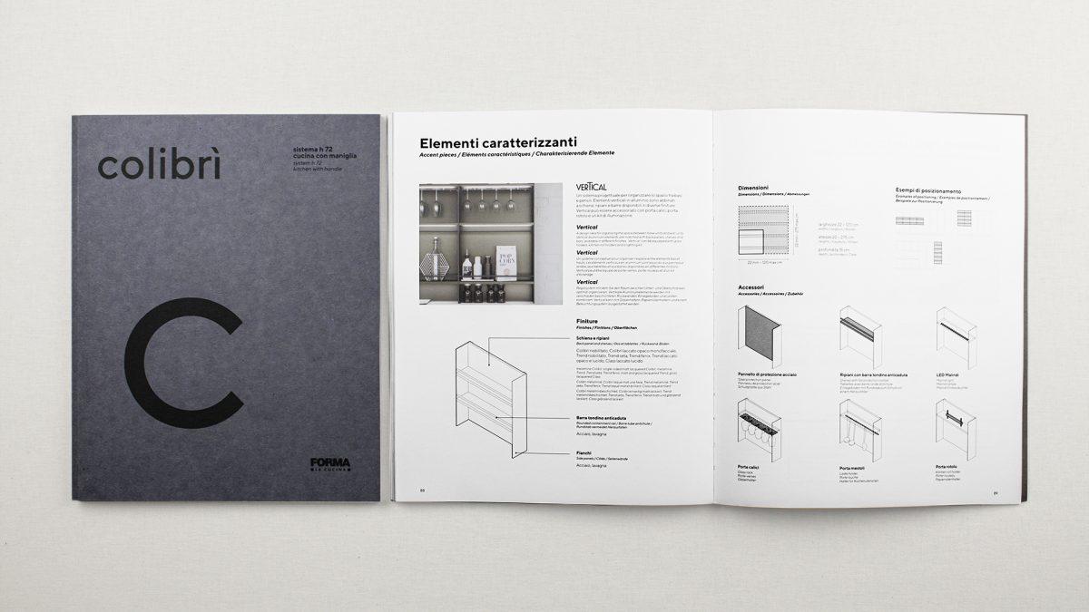 Foto dall'alto della copertina e del catalogo aperto uno accanto all'altro. Le pagine interne del catalogo mostrano degli schemi degli elementi caratterizzanti delle cucine