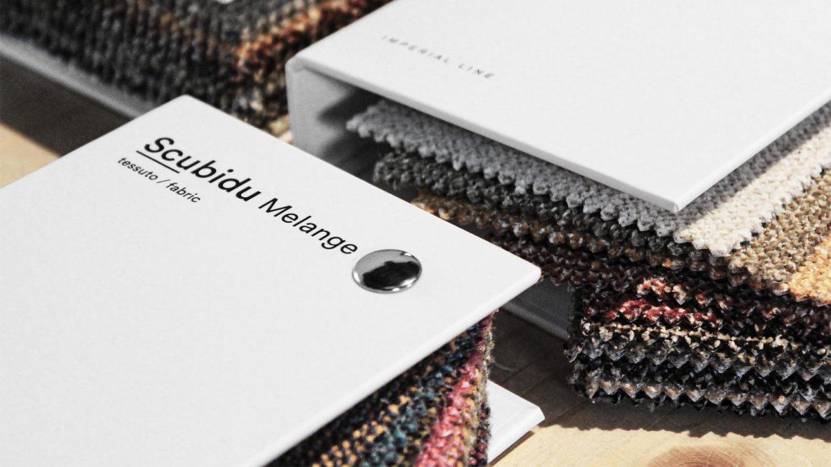 Foto di dettaglio della copertina dei tessuti Scubidu melange con all'interno i tessuti in vista