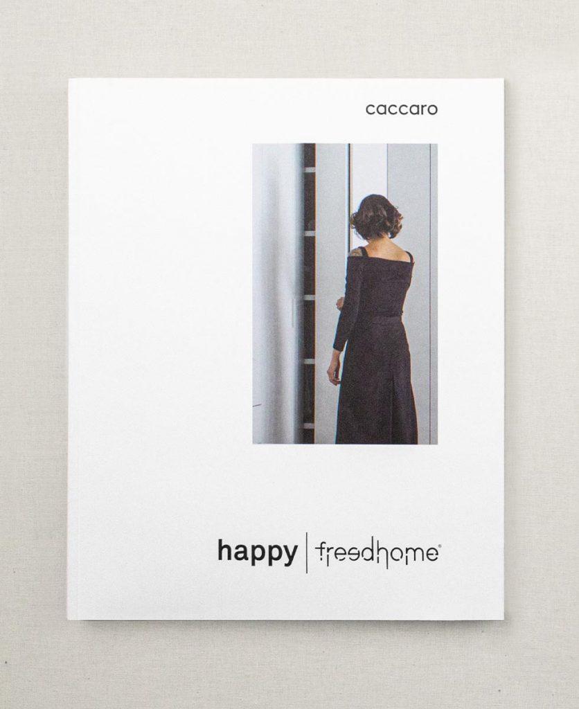 Foto zenitale della copertina del catalogo Happy
