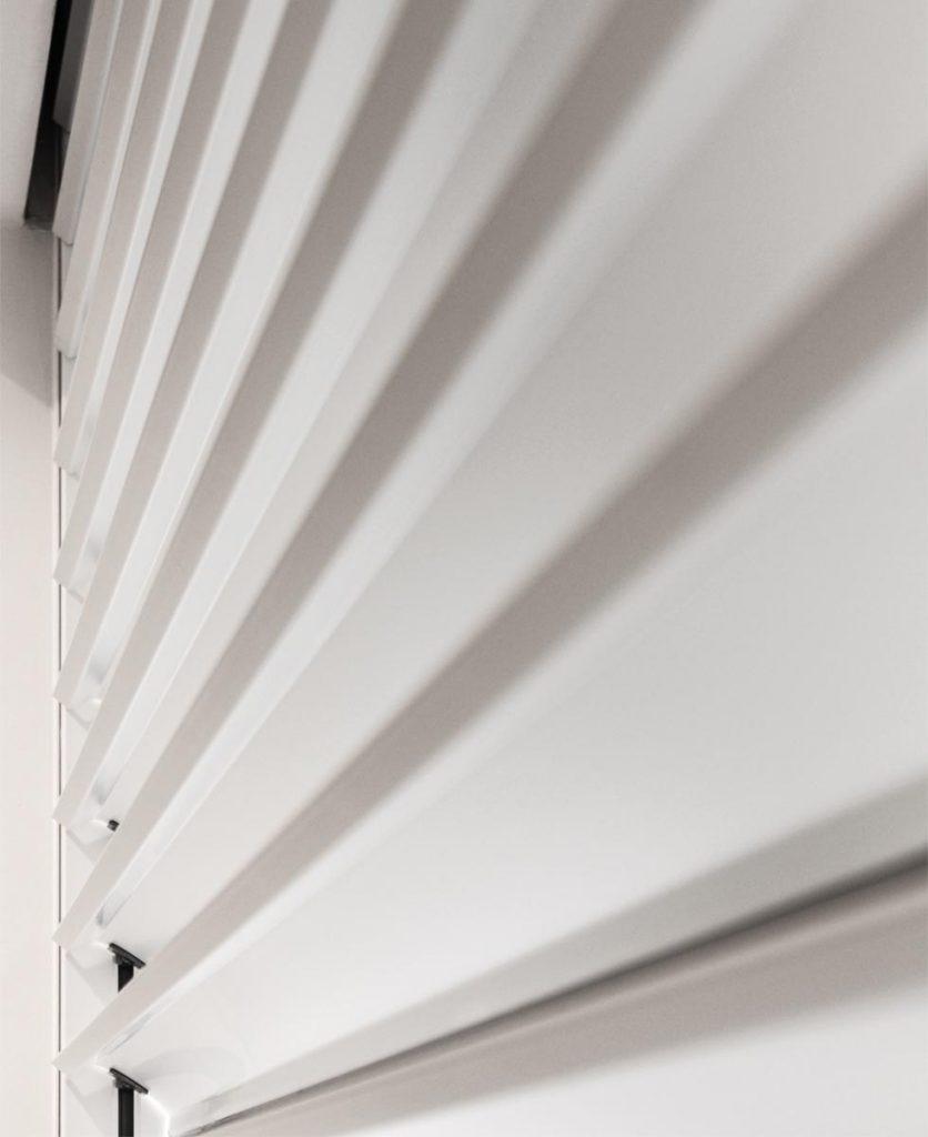 foto di dettaglio di un frangisole all'interno dello showroom favero