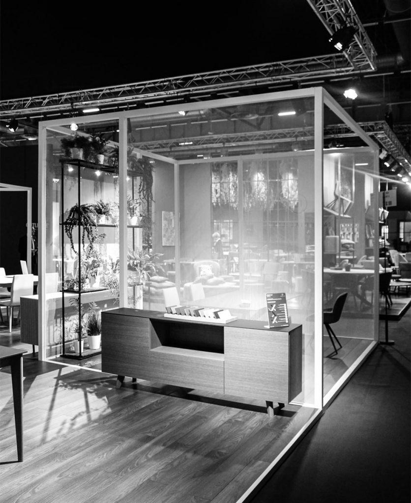 Foto in bianco e nero dell'esterno dello stand con i cubi bianchi in primo piano