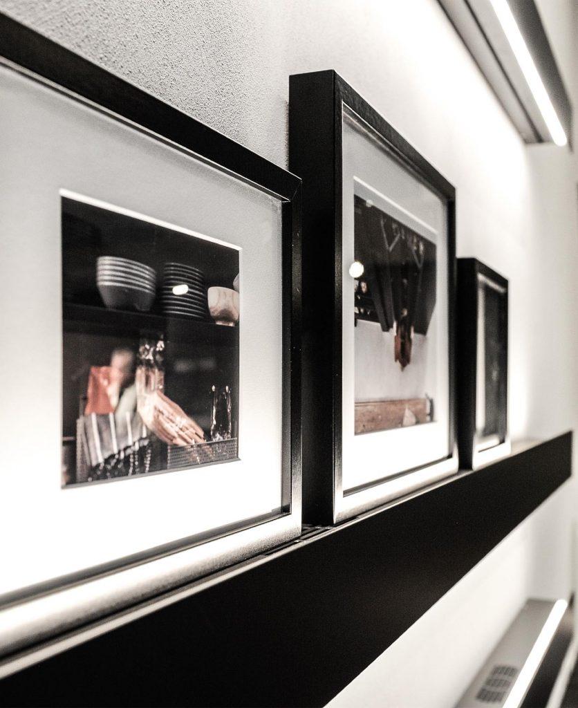 Foto di dettaglio di alcune foto esposte al flagship store Caccaro di Milano