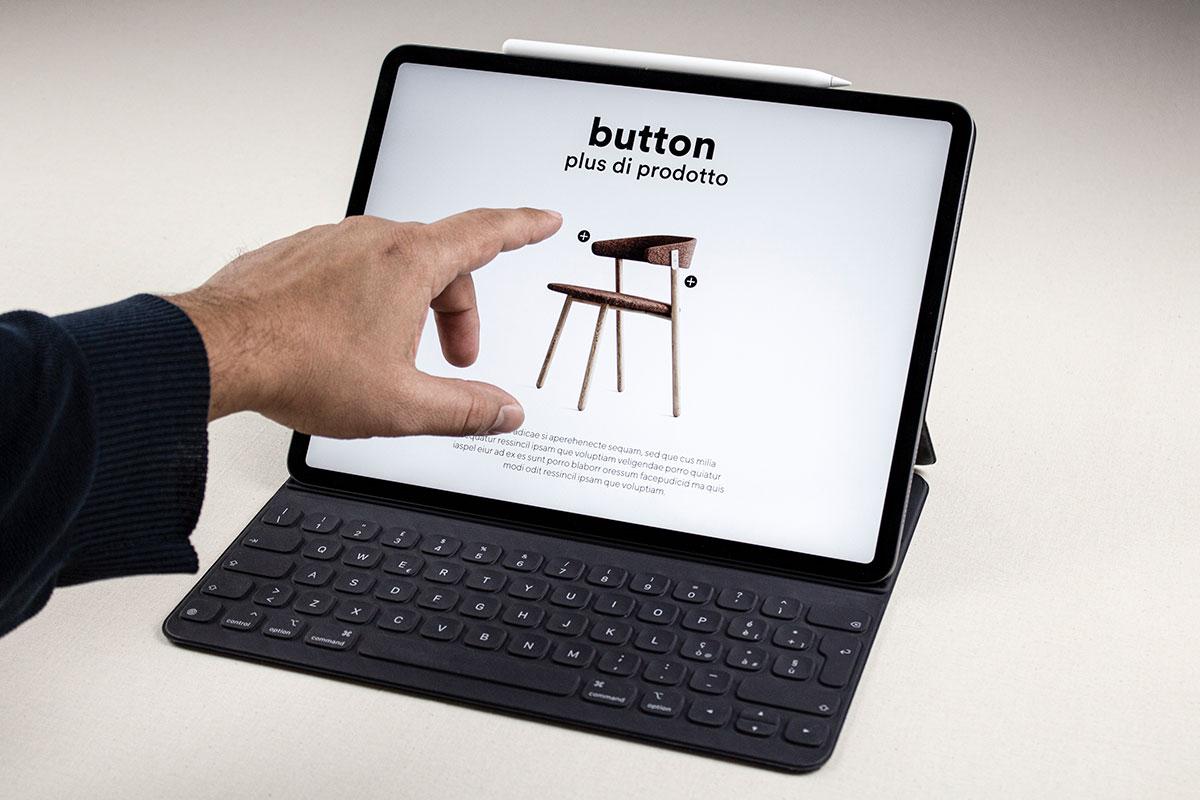 Foto di una mano che tocca lo schermo di un tablet per guardare il catalogo digitale