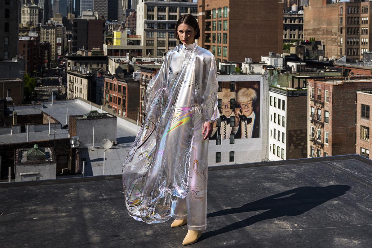 Foto digitale del vestito Iridescence ambientata sopra un palazzo